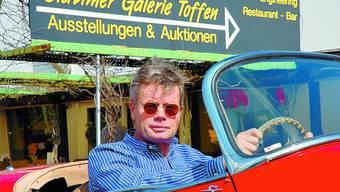 Jubiläum: Seit 25 Jahren verkaufte Reinhard Schmidlin in seiner Oldtimer Galerie in Toffen im Gürbetal schon 5000 klassische Fahrzeuge. (duc)