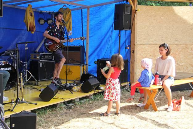 Neben den Hauptbands traten auch aufstrebende Künstler auf der Nebenbühne auf.