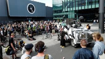 Künstlerische Intervention gestern Nachmittag an der Art Basel: Für einmal ist es gut, dass Kunst Fake ist.