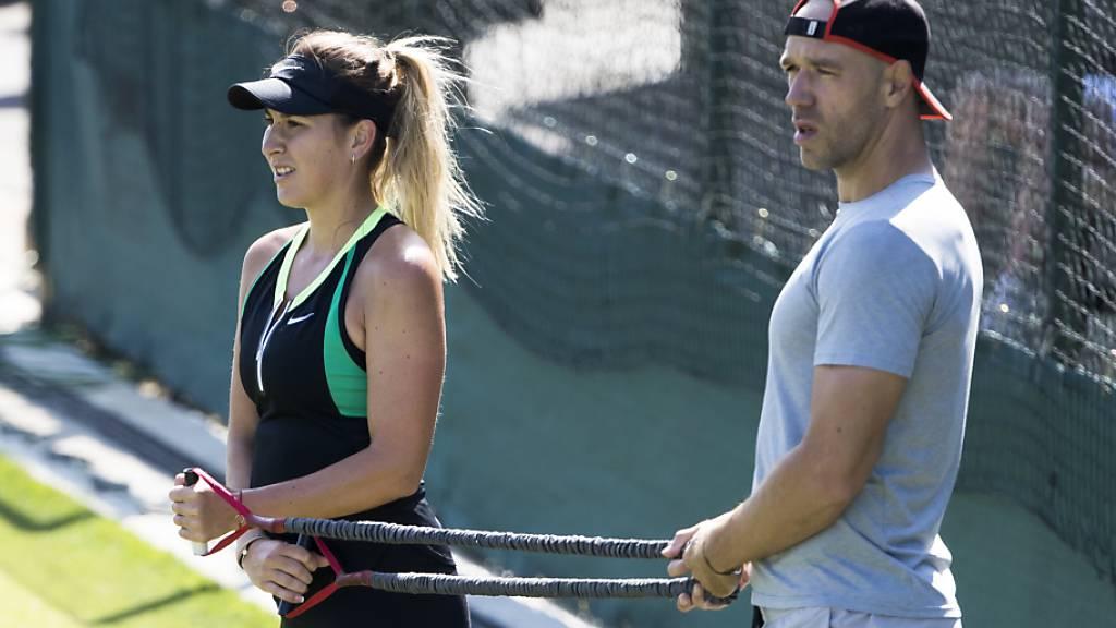 Belinda Bencic, im Bild mit Freund und Athletiktrainer Martin Hromkovic, hält sich in Bratislava fit