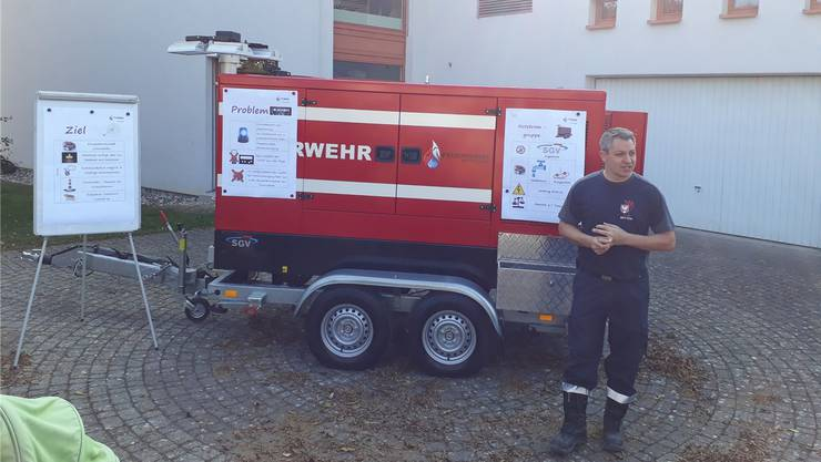 Das Notstromgerät wird von der Feuerwehr vorgestellt.