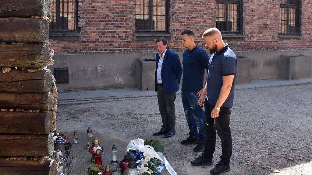 Die Rapper Farid Bang (M) und Kollegah (r) beim Besuch der  KZ-Gedenkstätte Auschwitz (Archiv)