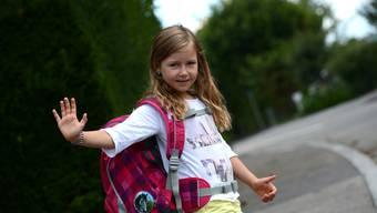 Ein grosser Rucksack für einen grossen Tag: Stella Fornaro beginnt heute ihre Schulkarriere.