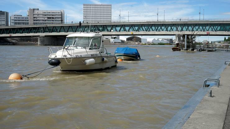 Der Rhein oberhalb der Dreirosenbrücke überspült leicht die untere Rheinpromenade