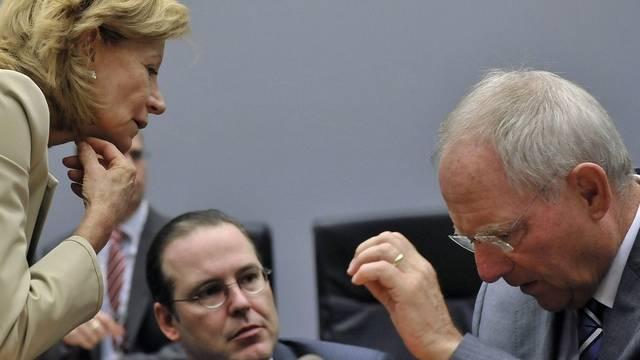 Die spanische Wirtschaftsministerin Elena Salgado, der schwedische Finanzminister Anders Borg und sein deutscher Amtskollege Wolfang Schäuble (von links