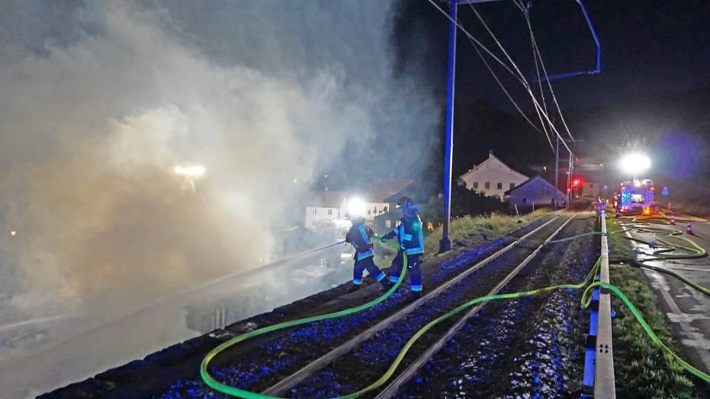 Viel Arbeit für die Feuerwehr im Greyerzbezirk: Eine Schreinerei in Montbovon geriet in der Nacht in Brand.