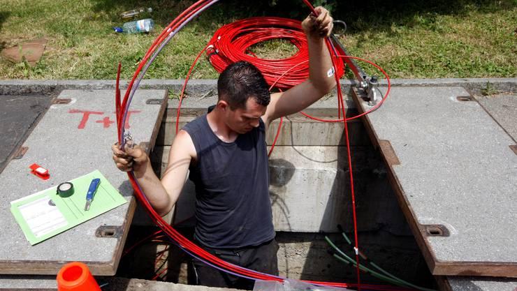 Im März werden Mitarbeiter der Swisscom in Solothurn und St. Niklaus neue Glasfaserkabel verlegen. Foto: az