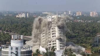 """Mit spektakulären Sprengungen haben am Samstag die Behörden im südindischen Bundesstaat Kerala zwei Luxus-Hochhäuser dem Erdboden gleichgemacht. Gemäss dem Obersten Gerichtshof Indiens bedeuteten die Hochhäuser """"kolossalen"""" Schaden für die Umwelt."""