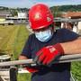 Einsatz mit Maske: Ein AEW-Arbeiter ersetzt alte Kabel im Gebiet Lenzhard in Lenzburg.