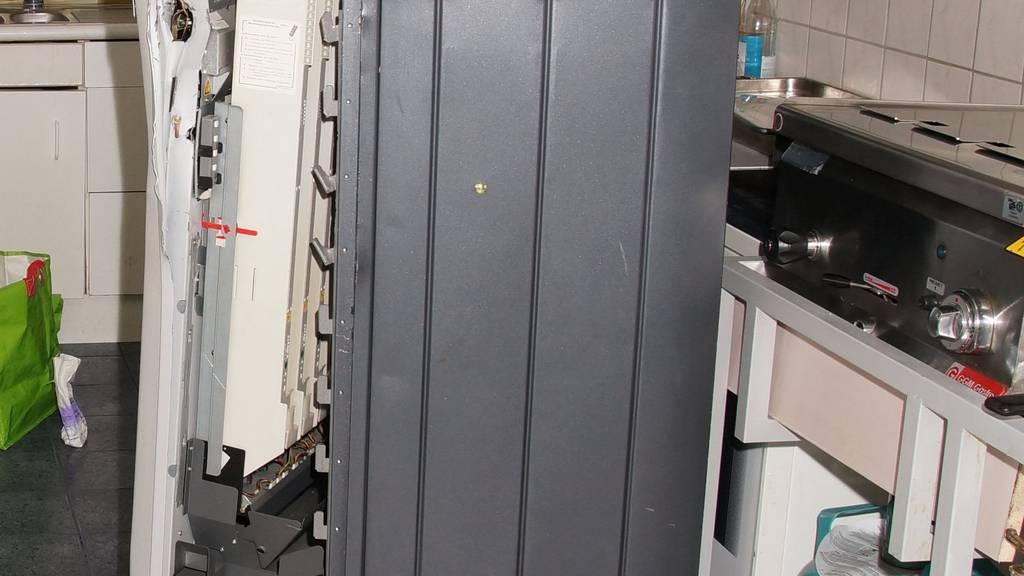 Dieser Zigiautomat wurde von Unbekannten ausgeraubt.