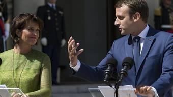 Der französische Staatschef Macron setzt vor seinem Amtssitz in Paris auch gegenüber Bundespräsidentin Leuthard seinen Charme ein.
