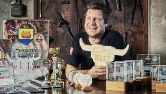 Grillmeister Dennis Amende vom «Gecko-BBQ»-Team mit den bereits gewonnenen Auszeichnungen.