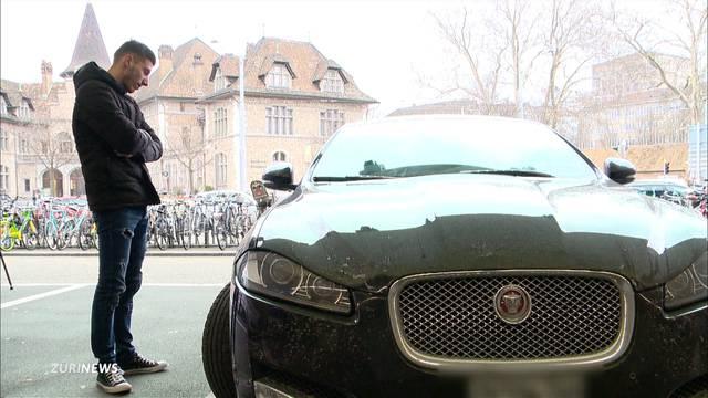 Hilfsbereitem Autofahrer wird Jaguar geklaut