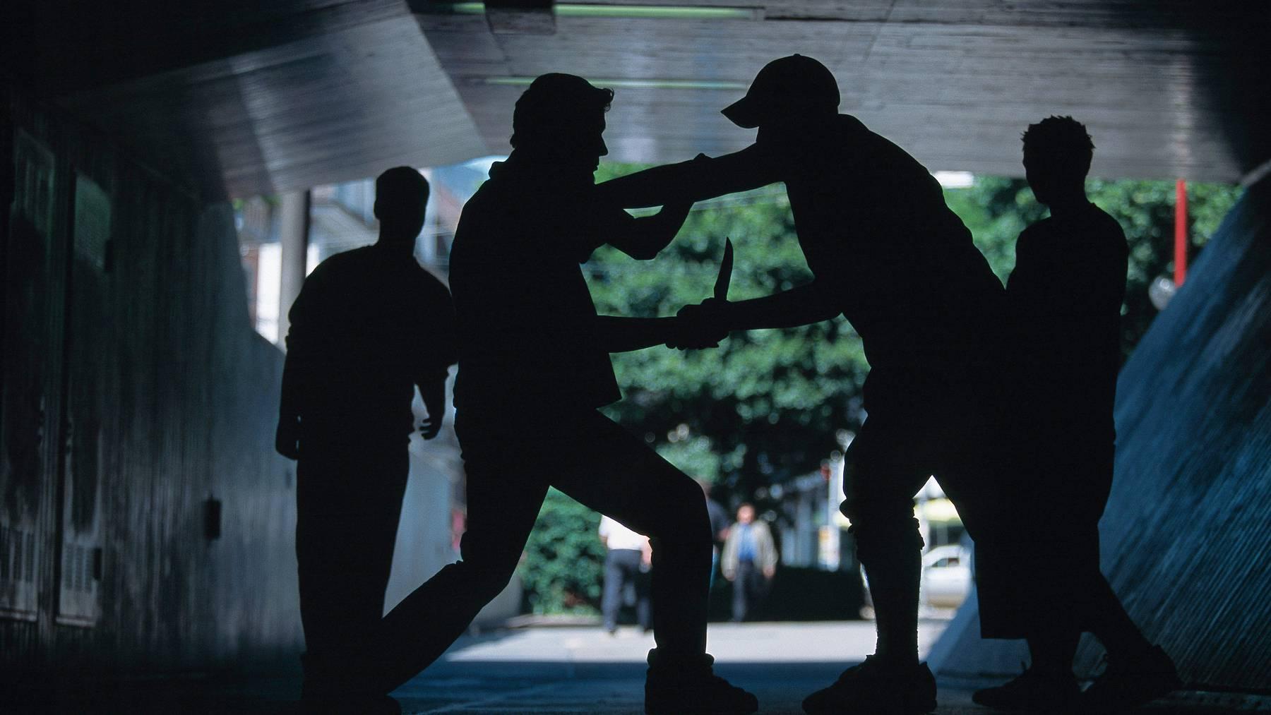 Ein junger Mann habe bei einer tätlichen Auseinandersetzung eine Stichverletzung erlitten, so die Stadtpolizei (Symbolbild).