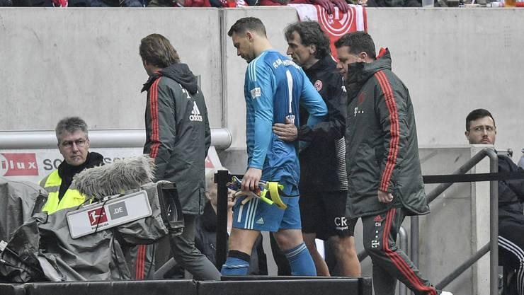 Bayerns Goalie Manuel Neuer verlässt während der Partie gegen Fortuna Düsseldorf den Platz