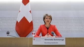 Bundespräsidentin Simonetta Sommaruga will Rückschläge in der Schweiz bei der Ausbreitung der Coronavirus-Infektionen vermeiden und begründet damit die scheibchenweise Lockerung der Notrechtsmassnahmen.