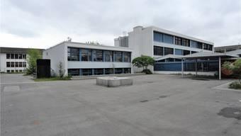Blick auf den nördlichen Teil des Bezirksschulhauses mit dem «Turm» der Kochschule (links) und einem der beiden Längstrakte.