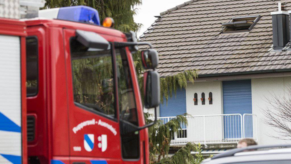 Ein Feuerwehrauto auf der Lenzhardstrasse in Rupperswil AG, wo ein Brand in einer Wohnung in einem Mehrfamilienhaus mehrere Tote forderte.