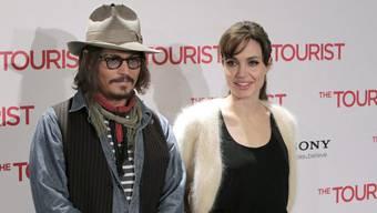 """Angelina Jolie (r) und Johnny Depp spielten im Film """"The Tourist"""". Nun sollen sie auch ein Paar sein, wie Medien am 25. November 2016 berichteten (Archiv)"""