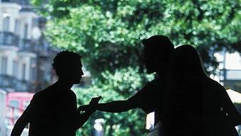 Mehere Unbekannte gingen auf einzelne Personen los (Symbolbild)