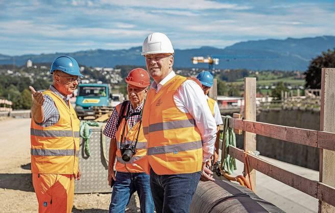Verkehrsdirektor Stephan Attiger auf der Baustelle: Der Umfahrungstunnel in Sins ist jetzt schon mehr als zur Hälfte zugedeckt.