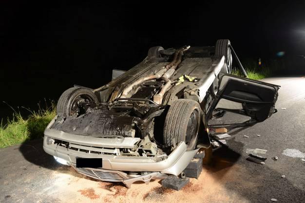 Der Fahrer zog sich nur leichte Verletzungen zu. Sein Beifahrer musste jedoch mit der Rega ins Spital geflogen werden.