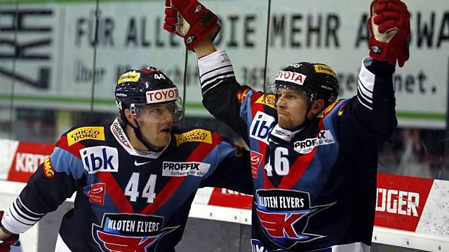 Kloten Flyers Stürmer Vojtech Polak feiert den Ausgleich zum 2:2.