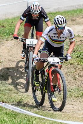 Beim Rennen der Elite Herren starteten Nino Schurter (im Bild mit Nr 1) und Nicola Rohrbach (Nr 22). Schurter wurde 23. und Rohrbach 4.