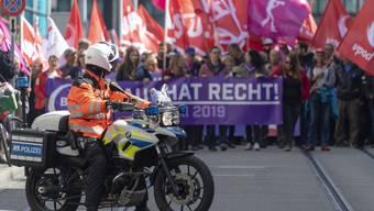 Die Polizei wurde 2019 auf Trab gehalten: Es wurde eine Rekordzahl an bewilligten und unbewilligten Demonstrationen verzeichnet. (1. Mai 2019 / keystone / Georgios Kefalas)