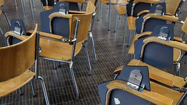 Leere Stühle an der Universität Basel