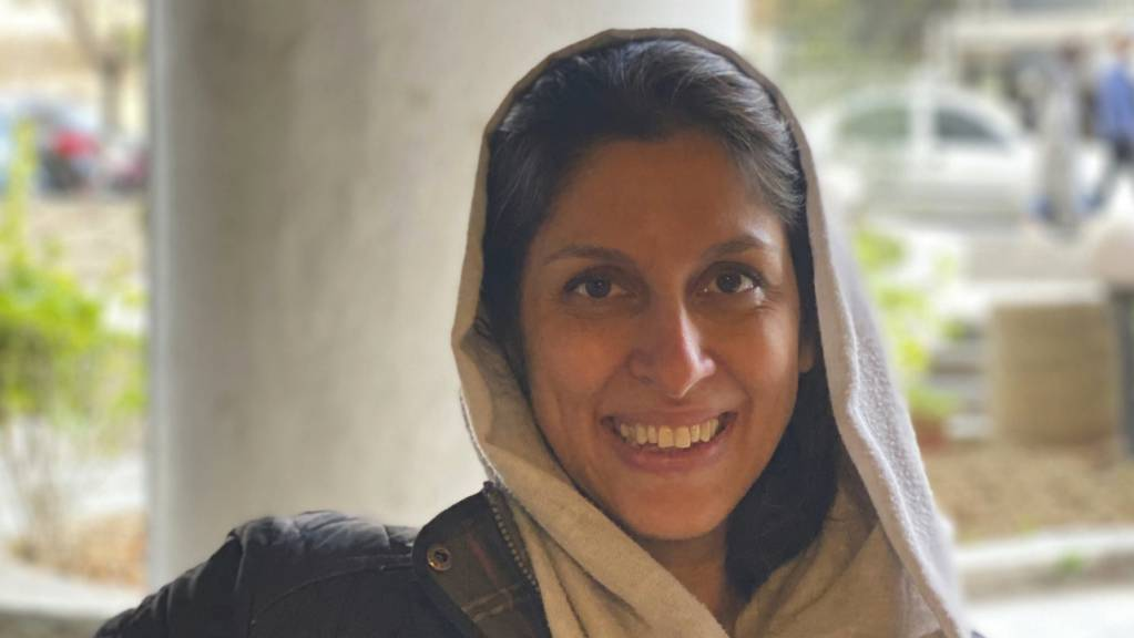 In diesem von ihrer Familie veröffentlichten Foto lächelt die britisch-iranische Entwicklungshelferin Nazanin Zaghari-Ratcliffe, nachdem sie aus dem Hausarrest entlassen wurde. Foto: Zaghari Family/AP/dpa - ACHTUNG: Nur zur redaktionellen Verwendung im Zusammenhang mit der aktuellen Berichterstattung und nur mit vollständiger Nennung des vorstehenden Credits