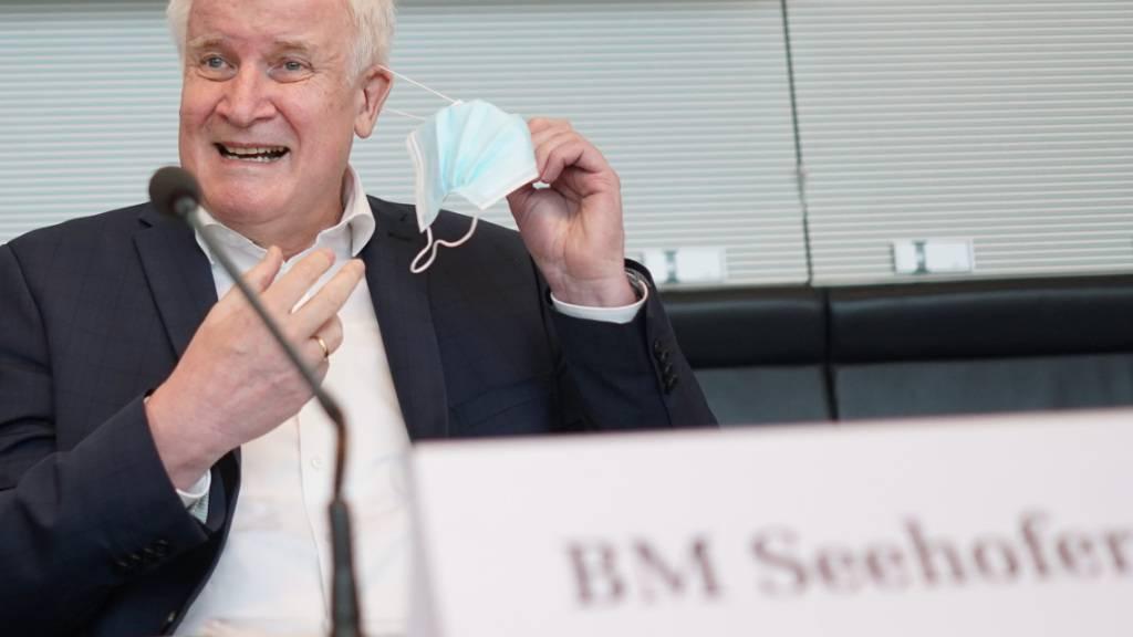 Horst Seehofer (CSU), Bundesinnenminister, kommt zur Sitzung des Bundestags-Innenausschusses. Nach der verheerenden Unwetterkatastrophe in Westdeutschland soll der deutsche Katastrophenschutz verbessert werden. Seehofer sprach sich gegen eine zentrale Führungsrolle der Bundesbehörden aus. Foto: Jörg Carstensen/dpa