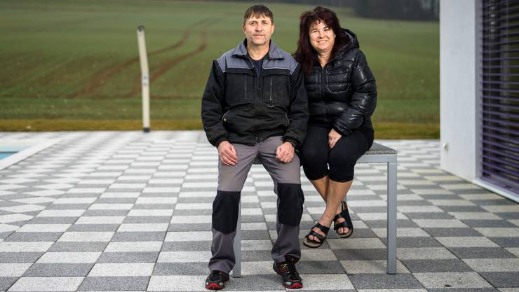 André (53) und Evelyne Gatherat (49) vor ihrem Pool in Courtemaîche JU.