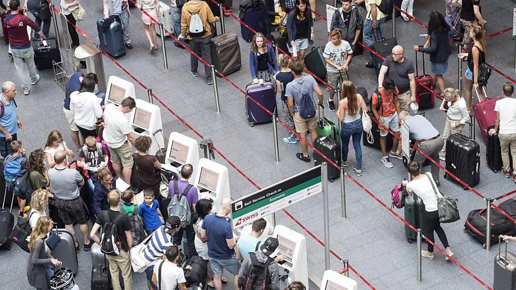 Der Nachrichtendienst des Bundes (NDB) hat im vergangenen Jahr 1,29 Millionen Flugpassagiere wegen allfälliger Gefährdung der inneren Sicherheit überprüft. (Archivbild)