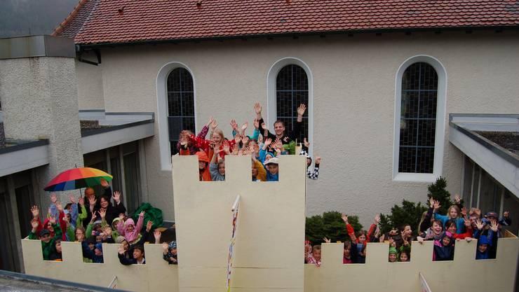Die Kinder auf der Stadtmauer von Susa