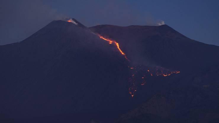 Zu der Eruption kam es am späten Freitagabend, wie das italienische Institut für Geophysik und Vulkanologie (INGV) mitteilte.