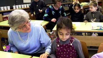 Lehrer, Schüler, Senior gemeinsam im Unterricht – so wie es bereits vielerorts erfolgreich läuft, soll es auch in Balsthal und Oensingen sein.
