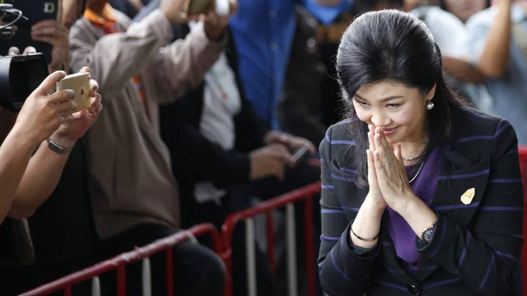 Thailands Ex-Ministerpräsidentin auf dem Weg zum Gericht - Unterstützer empfingen sie vor dem Gerichtsgebäude.