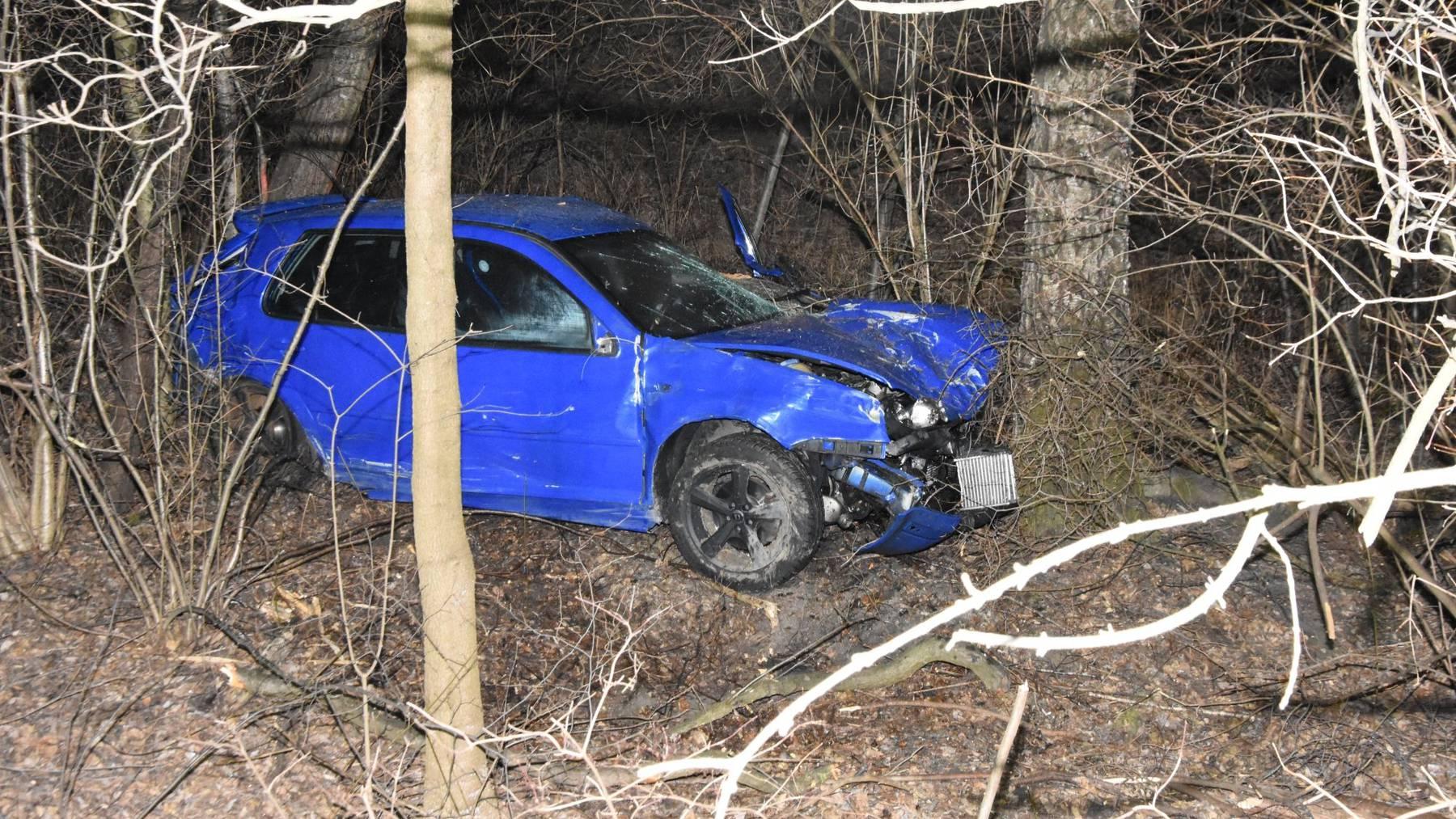 Der 22-Jährige fuhr 30 Meter in eine Böschung.