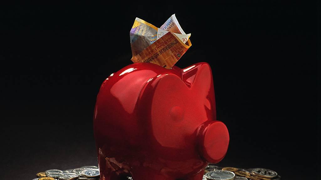 Gerade im ersten Lockdown haben Schweizerinnen und Schweizer infolge geschlossener Läden und Restaurants mehr Geld beiseite gelegt. Im zweiten Lockdown kam dieser Effekt allerdings nur noch abgeschwächt zum Tragen. (Themenbild)