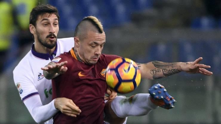 Romas Radja Nainggolan kommt vor Fiorentina-Verteidiger Davide Astori an den Ball