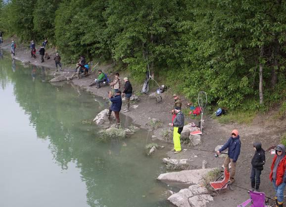 Entlang dem Fluss Ship Creek warten Fischer auf den grossen Fang. Bild: mauritius images, Axel Baumann