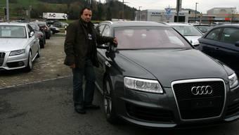 Autokönig Santoro, hier mit einem Wagen, der für die Verhältnisse seiner SAR Premium Cars AG wohl noch eher unter Billigmodell lief.