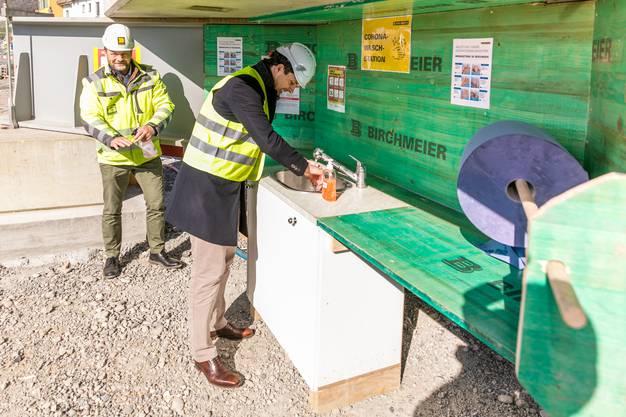 CEO Markus Birchmeier und Verwaltungsrat Thierry Burkart bei der eigens erstellten Hygiene-Station.