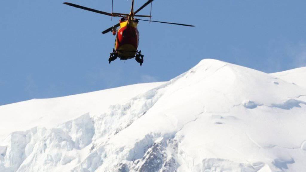 Bei der Suche nach den Lawinenopfern in Frankreich wurden auch Helikopter eingesetzt. (Archiv)