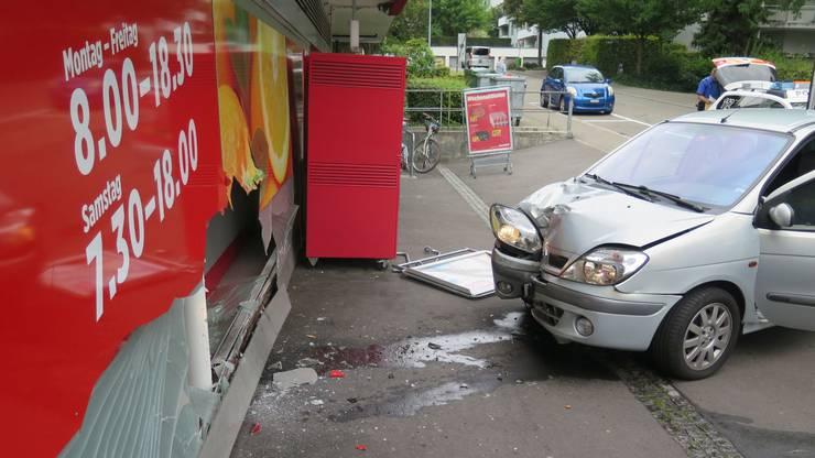 Am Fahrzeug und am Schaufenster entstand erheblicher Sachschaden.