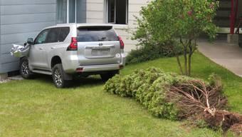 Selbstunfall eines Autolenkers – Fahrzeug prallte gegen Hausfassade