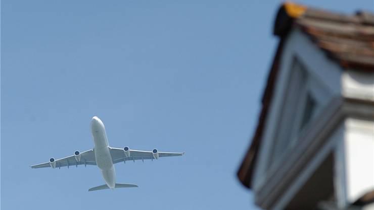 Flugzeug über Kaiserstuhl – hier gehört Fluglärm schon lange zum Alltag.