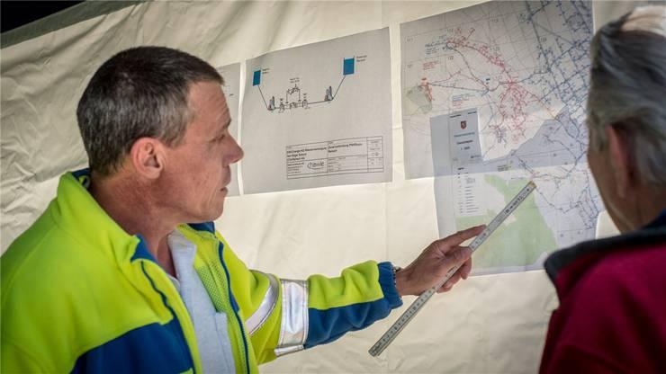 Roger Soland erklärt das Wassernetz.