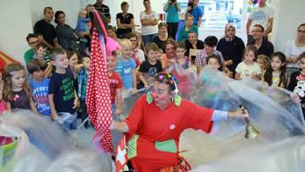 Clown Susi aus Suhr bringt die Kinder des Kooperativen Kindergartens zum Lachen.
